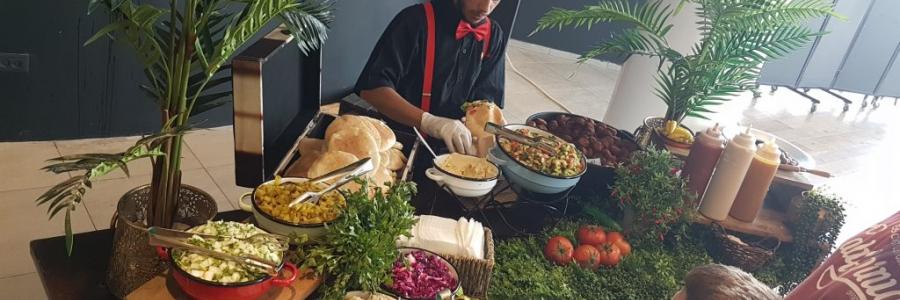 בחירת חברת קייטרינג המתמחה בדוכני מזון לאירוע חברה