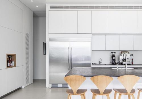 כאן מבשלים!  במטבח הזה יש תנור שפועל עם מערכת בינה מלאכותית, בלוק בישול שנמצא גם במטה גוגל וזו רק ההתחלה ...