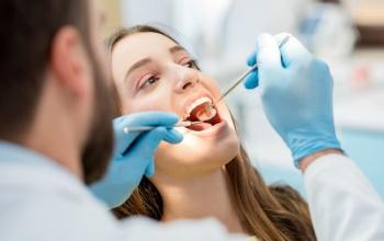 כתר חרסינה או זירקוניה? מידע שחשוב לדעת על כתרים בשיניים